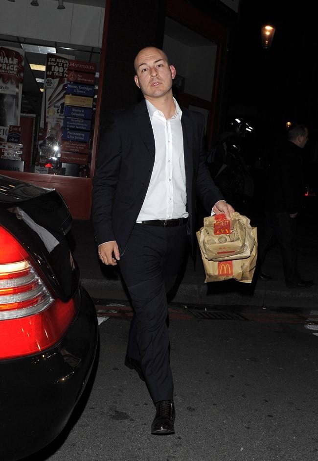 Le garde du corps de Justin Bieber sortant du Mac Do à Londres le 1 er mars 2013
