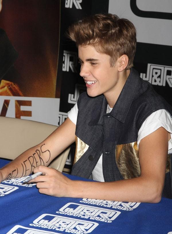 Justin Bieber en séance de dédicaces à New-York le 19 juin 2012