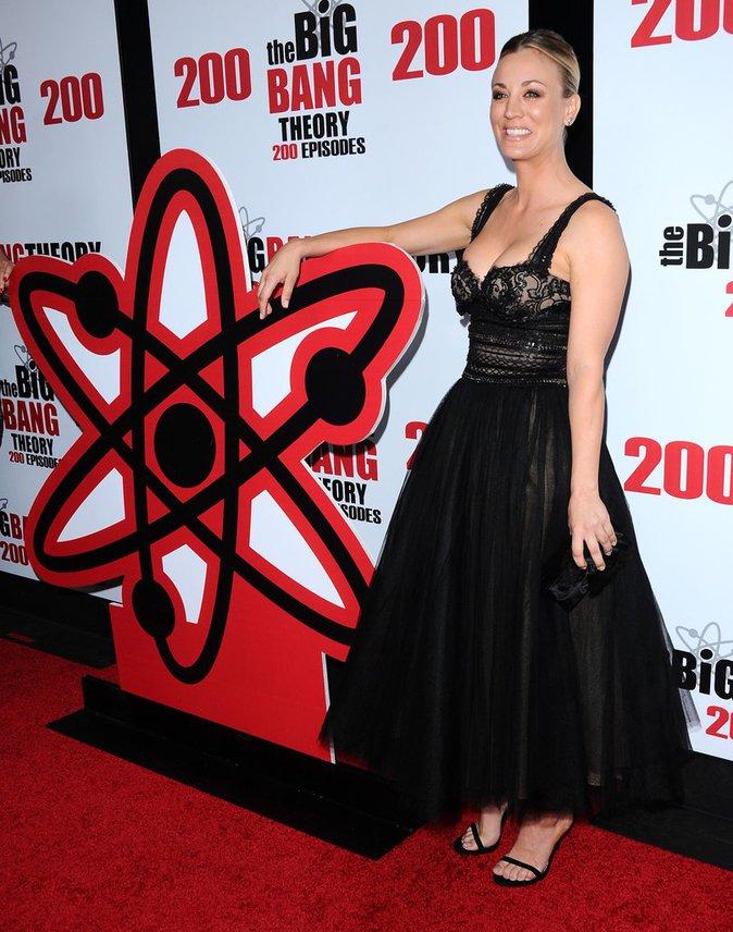 Kaley Cuoco : Sublime pour l'anniversaire de Big Bang Theory, elle sort le décolleté !
