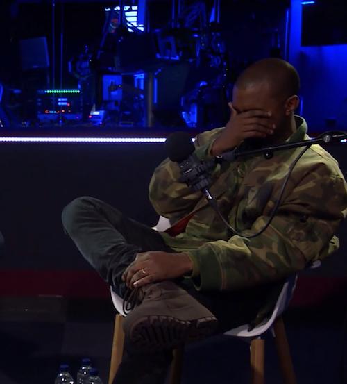 Kanye West en pleurs lors d'une interview pour la radio BBC Radio 1, à Londres, le 26 février 2015