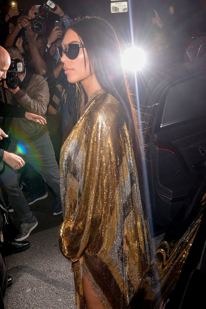 Kim Kardashian habillée en Balmain débarquant à l'After Show Balmain à Paris le 29/09/16