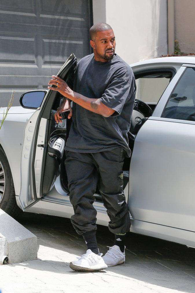 Kanye West se promène dans les rues de Los Angeles ce lundi 1er août