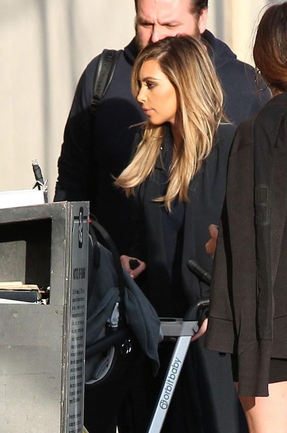 Kim Kardashian à son arrivée au Jimmy Kimmel Live avec sa fille North le 9 octobre 2013
