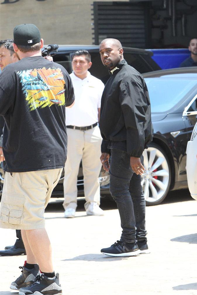 Kanye West : Toujours aussi colérique, il s'en prend encore une fois à un paparazzi !