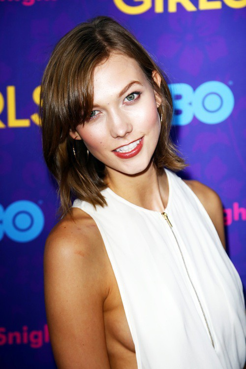 Photos : Karlie Kloss : sexy, elle dégaine une robe side boobs enivrante !