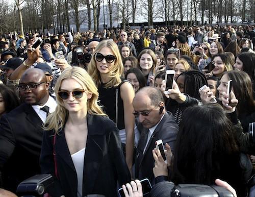 Karlie Kloss arrive au défilé Elie Saab à Paris, le 7 mars 2015