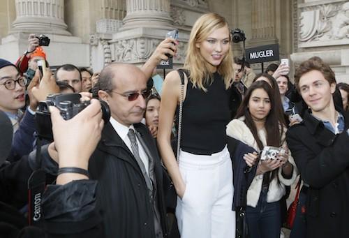 Karlie Kloss sort du défilé Mugler à Paris, le 7 mars 2015