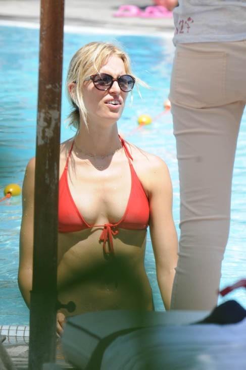 Karolina Kurkova en vacances sur l'île d'Ischia, en compagnie de son fils Tobin, le 10 juillet 2011.