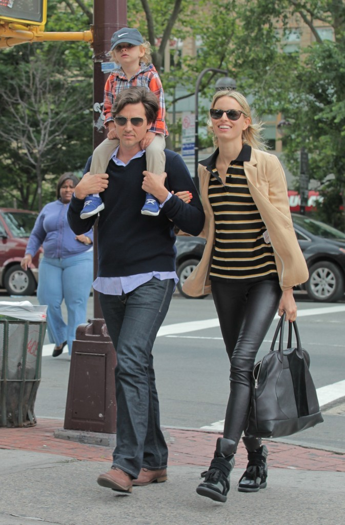 Karolina Kurkova en famille à New York, le 5 juin 2012.