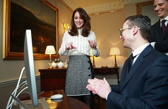 Photos : Kate de Cambridge : elle joue les journalistes quand William a des rendez-vous!