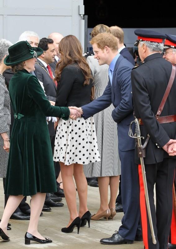 Kate Middleton et le prince Harry dans les studios Warner à Leavesden, le 26 avril 2013.