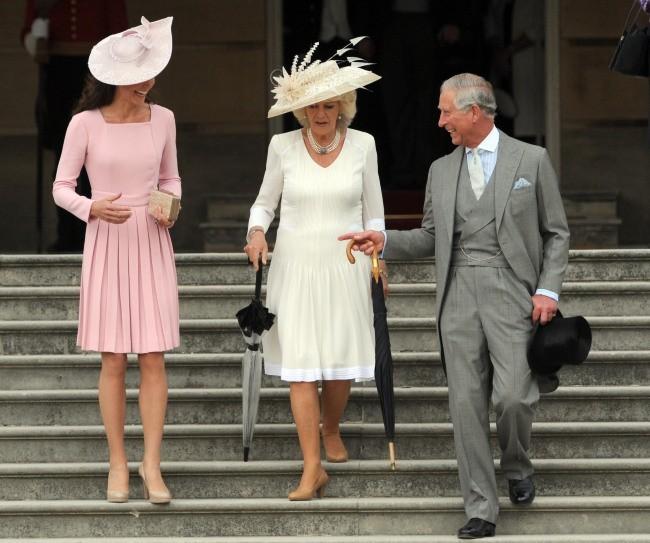 """Kate Middleton, Camilla Parker Bowles et le prince Charles lors d'une """"garden party"""" à Buckingham Palace, le 29 mai 2012."""