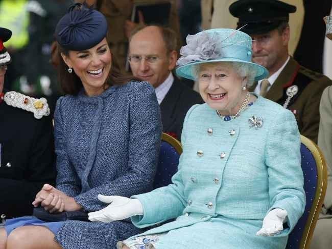 Kate Middleton et la reine Elizabeth II à Nottingham, le 13 juin 2012.