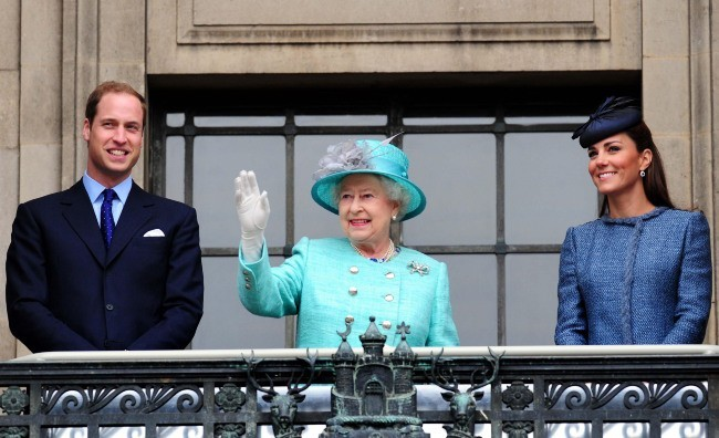 Kate Middleton, le prince William et la reine Elizabeth II à Nottingham, le 13 juin 2012.