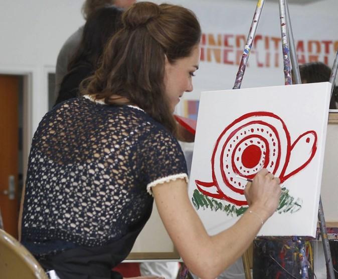 Kate s'essaye à la peinture et c'est pas du grand art !