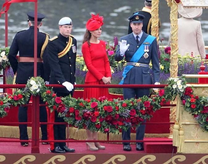 Entre le prince Harry et le prince William sur la barque royale...