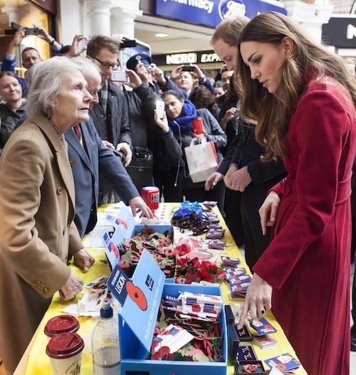 Photos : Kate Middleton : trop maigre dans son grand manteau rouge ?