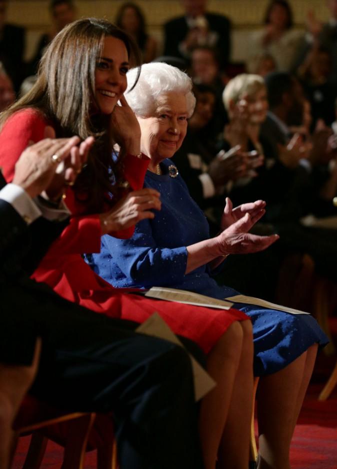 """Kate Middleton et la reine Elizabeth II lors de la soirée """"Dramatic Arts reception"""" à Londres, le 17 février 2014."""