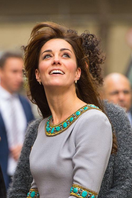 Photos : Kate Middleton, une beauté dans le vent pour un rare discours public