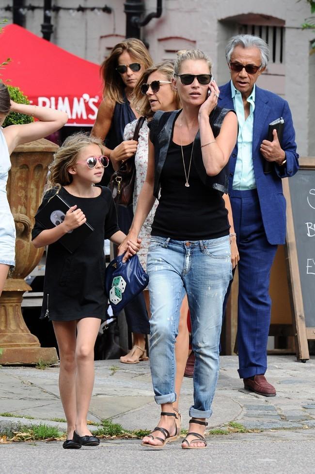 Kate Moss et sa fille Lila Grace le 11 août 2012 dans les rues de Londres