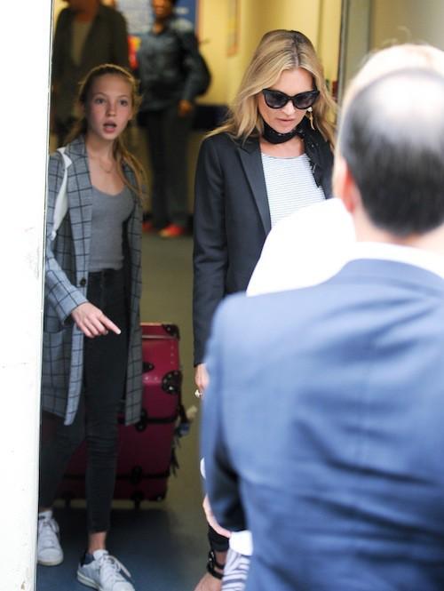 Photos : Kate Moss : de sortie entre filles, elle garde le sourire… et son alliance !