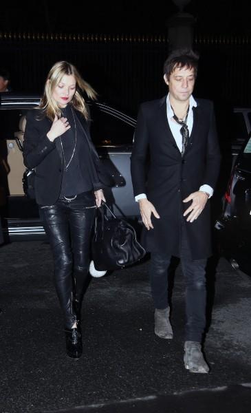 Kate Moss et Jamie Hince après le défilé Saint Laurent à Paris ,le 3 mars 2014.