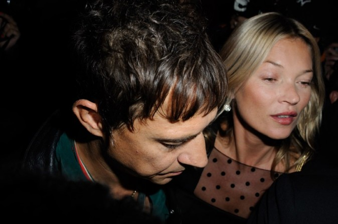Kate Moss avec Jamie Hince au défilé Yves Saint Laurent à Paris le 1er octobre 2012