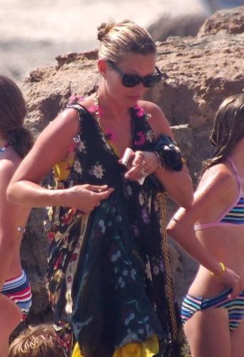 Kate Moss, sa fille Lila Grace et son mari Jamie Hince à Formentera, le 12 août 2014