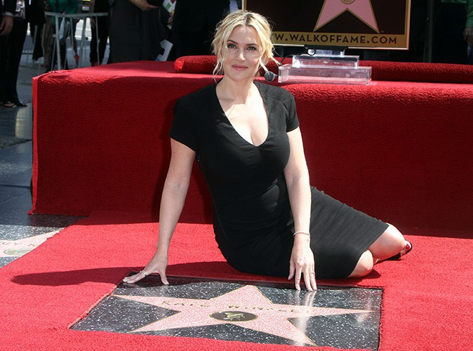 Kate Winslet : trop fi�re de son �toile, elle prend la pose sur Hollywood Boulevard !