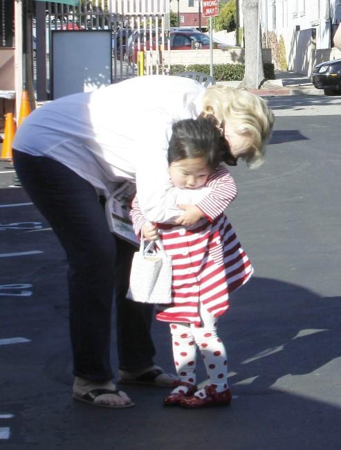 Nancy Heigl et Naleigh à Los Angeles, le 27 novembre 2011.