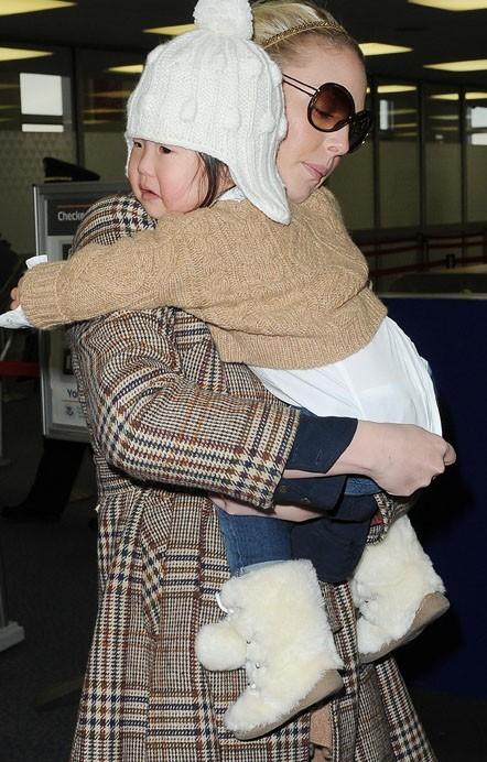 Naleigh ne veut que les bras de sa maman !