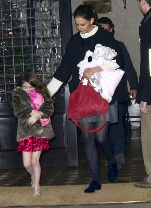 Katie Holmes, elle, ne s'occupe que de sa petite chérie...