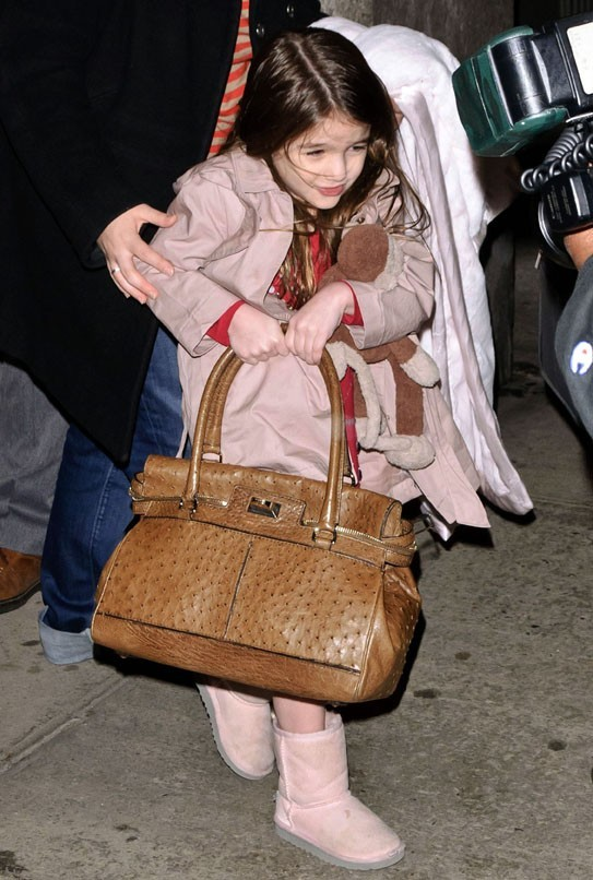 Le sac de Katie est presque aussi gros que Suri !