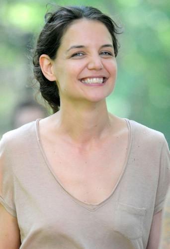 Katie Holmes et son sourire figé, qu'il soit grand ouvert ou fermé !