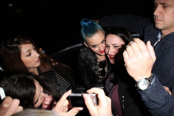 Katy Perry et ses fans à Paris, le 20 mars 2012.