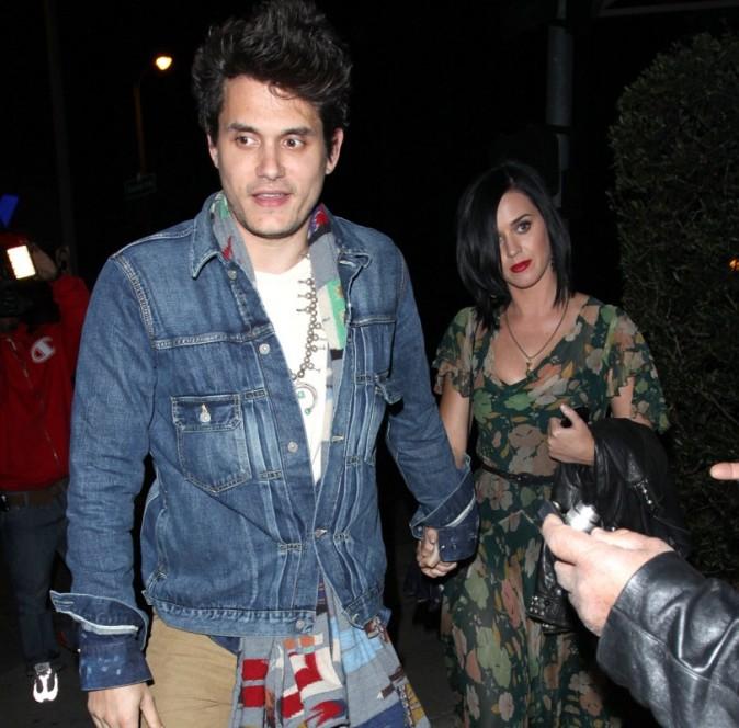 Katy Perry et John Mayer main dans la main à la sortie du restaurant