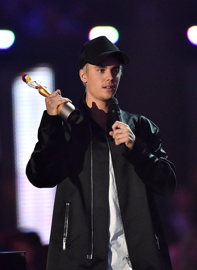 Justin Bieber parfait avec son maquillage sur scène !