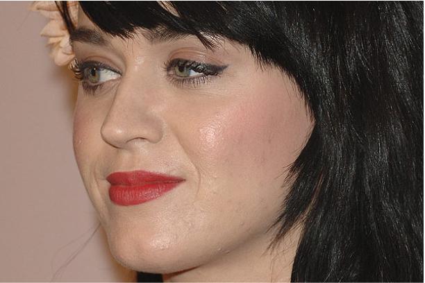 Katy Perry a une peau à problèmes, même avec maquillage !