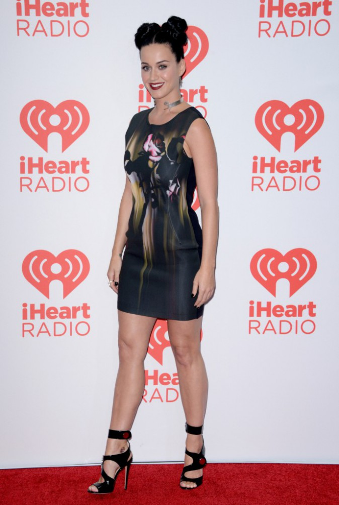 Photos:  Katy Perry : une sublime femme-enfant qui prend plaisir à imiter Minnie Mouse !