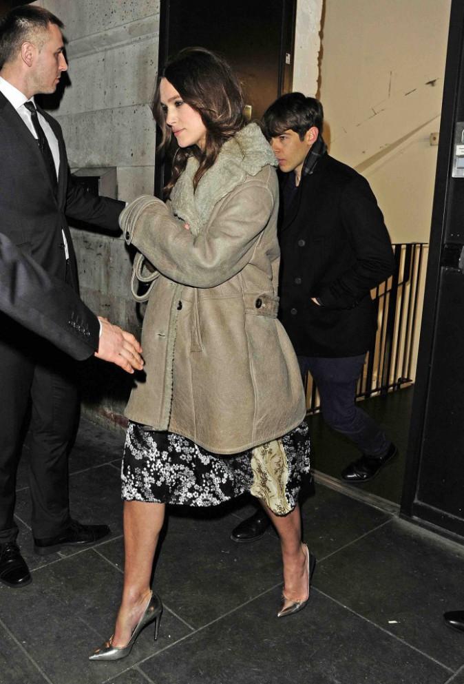 Keira Knightley : elle essaye encore de camoufler son baby-bump... Raté !