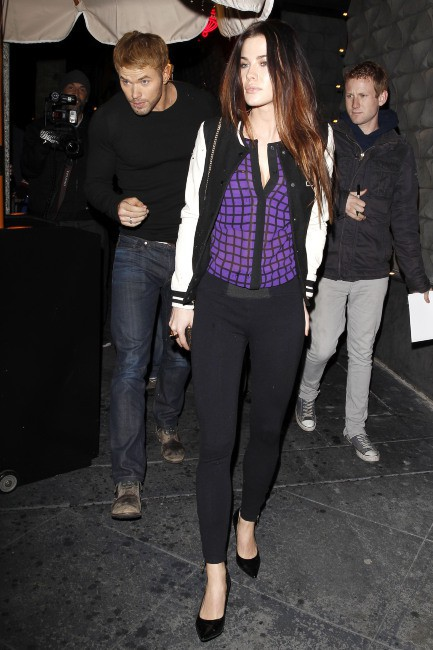 Kellan Lutz, bien accompagné à la sortie d'un restaurant à West Hollywood, le 19 décembre 2013.