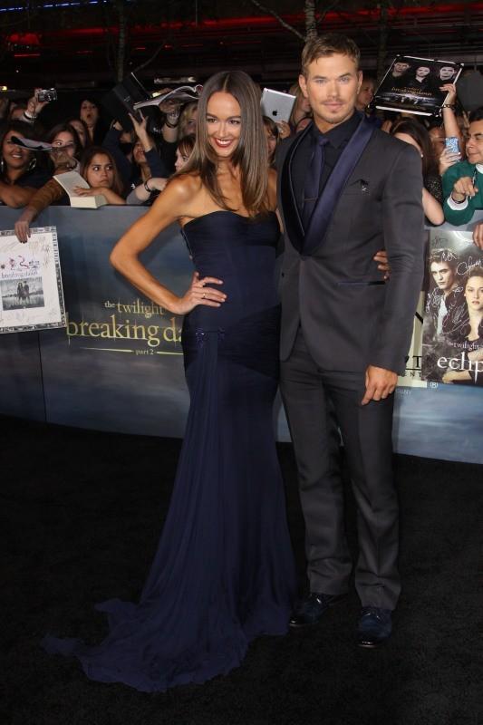 """Kellan Lutz et Sharni Vinson lors de la première du dernier volet de la saga """"Twilight"""" à Los Angeles, le 12 novembre 2012."""