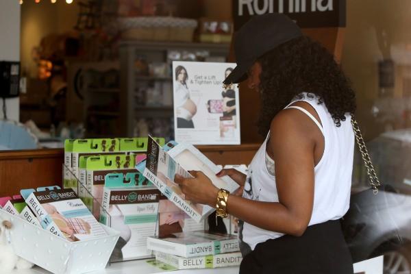 Kelly Rowland en séance shopping à Los Angeles, le 20 juillet 2014
