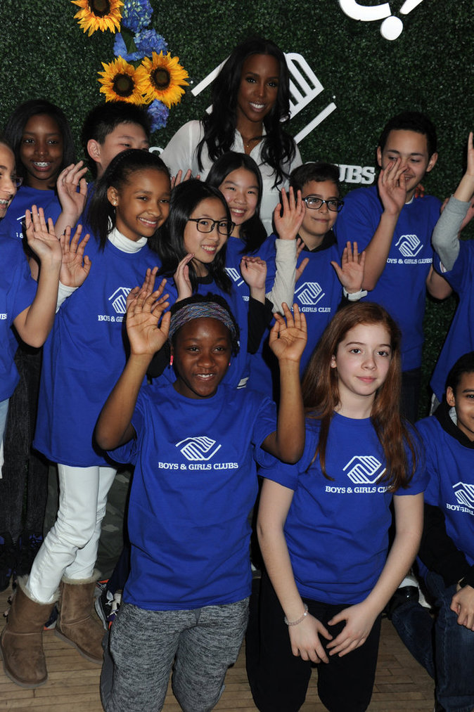 Kelly Rowland pose avec les enfants de New York