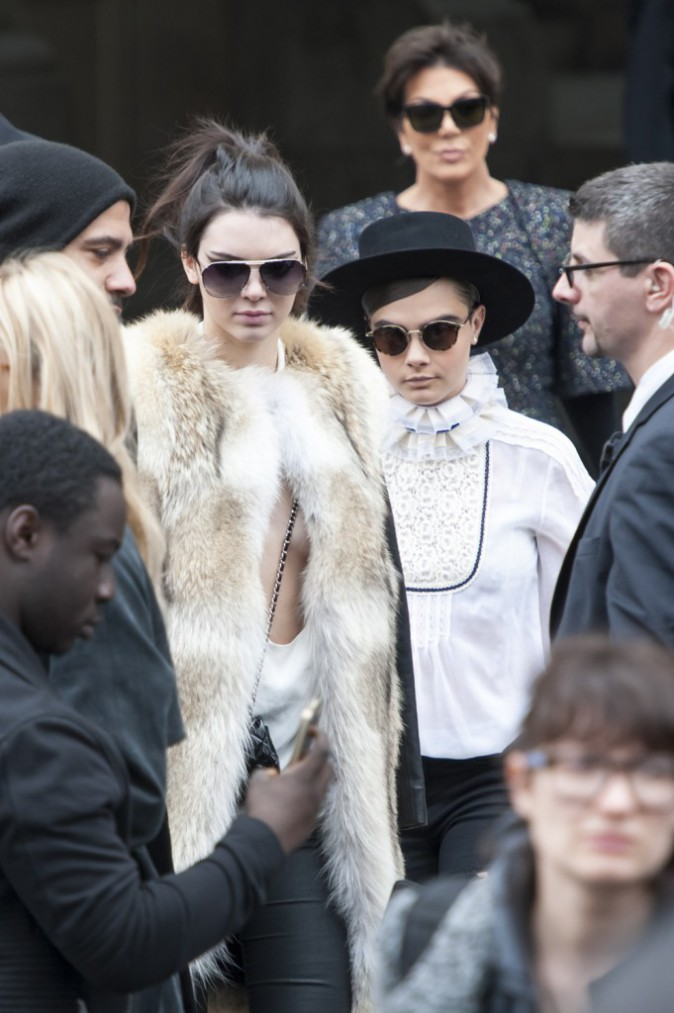 Photos : Kendall et Cara : Inséparables, elles quittent ensemble le défilé Chanel... suivies de près par Kris Jenner !