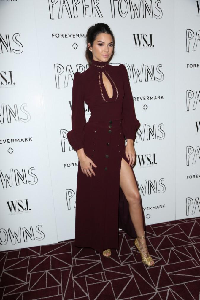 Photos : Kendall et Kylie Jenner : décolletés ravageurs et cheveux bleus, elles volent la vedette à Cara Delevingne !