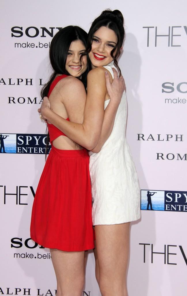 Kylie et Kendall Jenner lors de la première du film The Vow à Hollywood, le 6 février 2012.