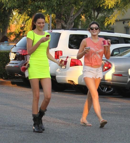 Kendall et Kylie Jenner à Calabasas, le 25 juillet 2012.
