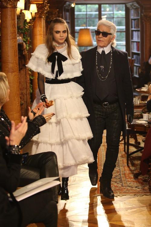 Cara Delevingne et Karl Lagarfeld au défilé Chanel à Salzburg, le 2 décembre 2014