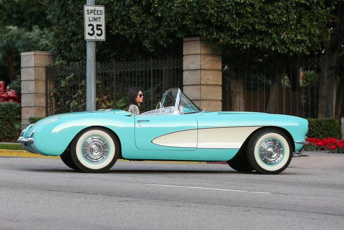 Kendall Jenner est apparue resplendissante au volant de sa Corvette